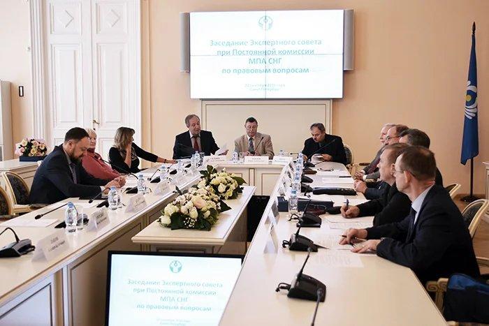 Эксперты по правовым вопросам собрались в Таврическом дворце