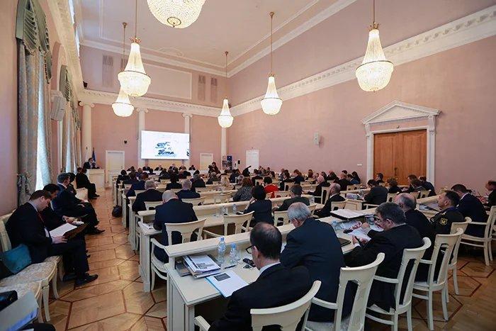 В Таврическом дворце проходит обсуждение вопросов международного гуманитарного права
