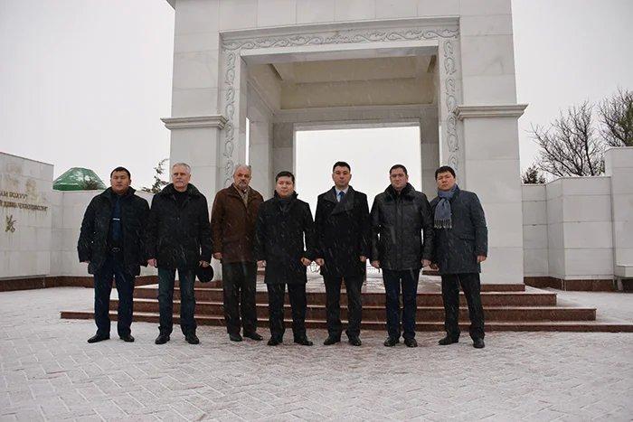 Члены группы наблюдателей от МПА СНГ возложили цветы к могиле Чингиза Айтматова