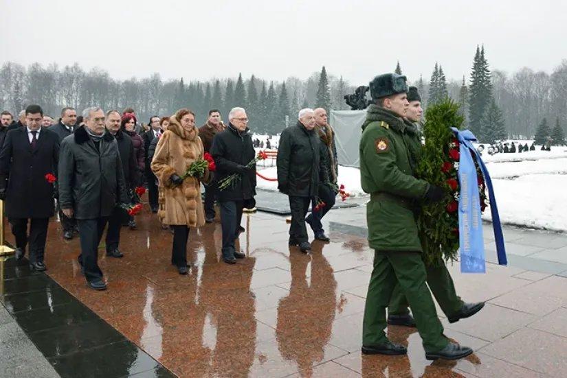 Делегация МПА СНГ приняла участие в церемонии возложения венков и цветов на Пискаревском мемориальном кладбище