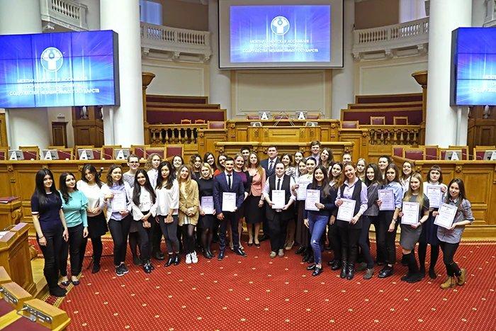 В Таврическом дворце наградили волонтеров весенней сессии МПА СНГ