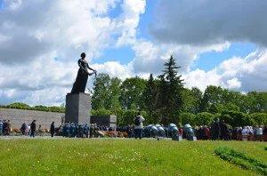 На Пискаревском мемориальном кладбище прошла торжественно-траурная церемония