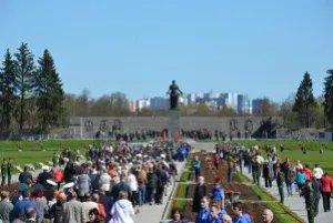 Представители МПА СНГ возложили венки и цветы к монументу «Мать-Родина»