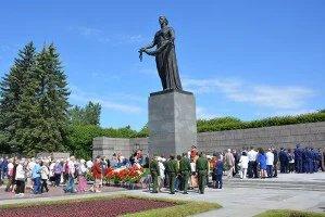 Делегация из представителей МПА СНГ и ПА ОДКБ возложила цветы к подножию монумента «Мать-Родина»