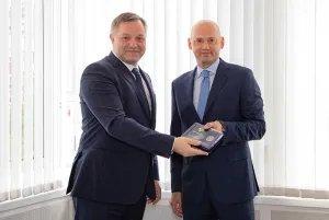 Дмитрий Кобицкий вручил награду МПА СНГ Председателю МТРК «Мир» Радику Батыршину