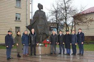 В день памяти Героя Советского Союза Алии Молдагуловой к подножию памятника возложили цветы