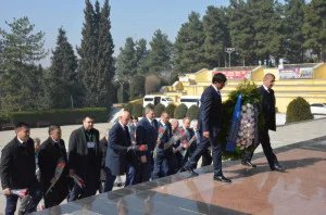 Международные наблюдатели от МПА СНГ возложили цветы к мемориалу в парке Победы в Душанбе
