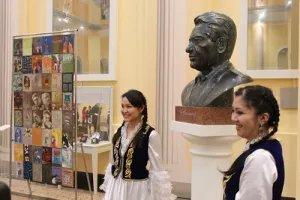 В Таврическом дворце торжественно открыли бюст Чингизу Айтматову